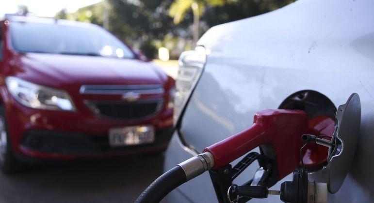 Gasolina está cara por culpa dos impostos estaduais?