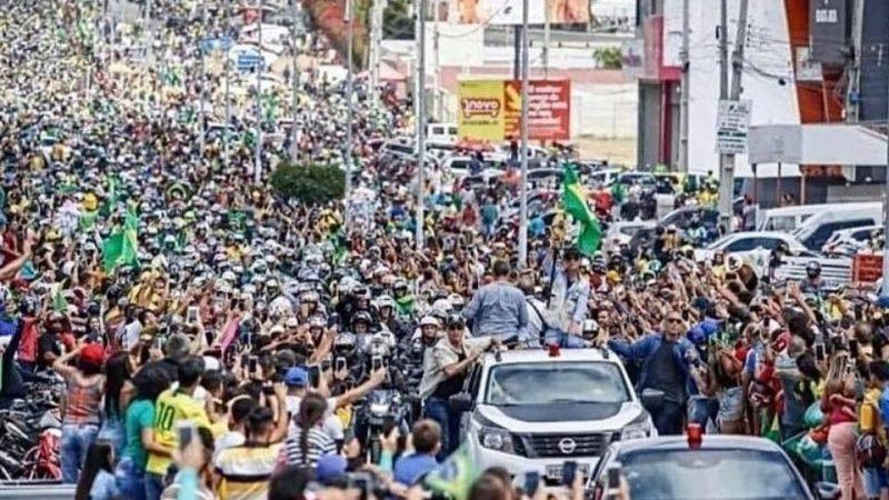 Bolsonaro é ovacionado por multidão em motociata em Pernambuco