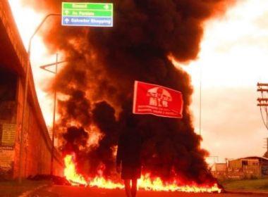 Grupo interdita tráfego na Rótula do Abacaxi em protesto contra Bolsonaro