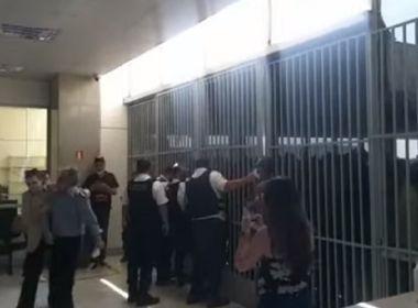 Bolsonaristas tentam invadir prédio do Ministério da Saúde